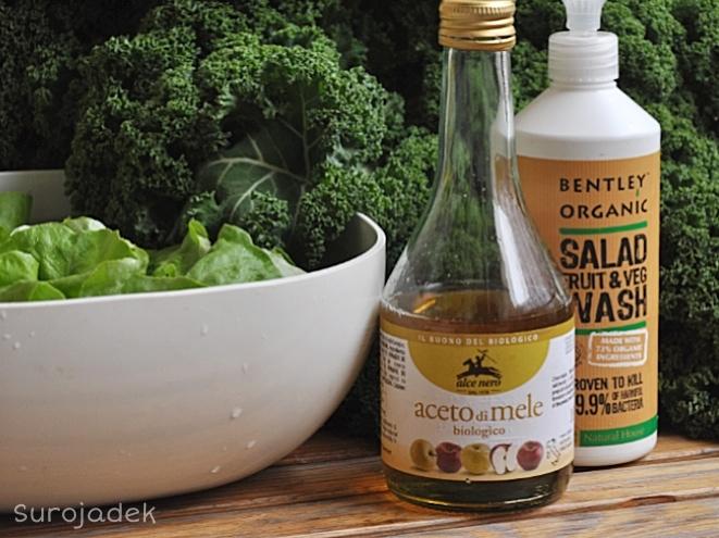 Wystarczy płyn do mycia warzyw i owoców np. firmy Bentley Organic lub domowy płyn na bazie octu jabłkowego i sody