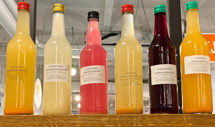 Na warszawskim Bio Bazarze można kupić naturalnie fermentowane produkty jak  ocet jabłkowy, zakwas z buraka, pietruszki czy marchwi