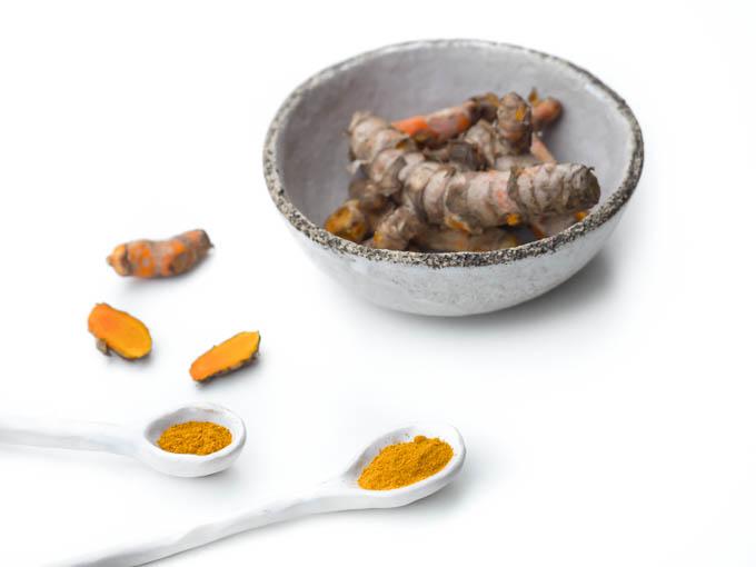 kurkumina - aktywny składnik kurkumy posiada wiele właściwości leczniczych udowodnionych naukowo. Działa przeciwzapalnie, przeciwnowotworowo, wspiera pracę układu krążenia, pomaga leczyć depresję, a nawet wspomaga odchudzanie.
