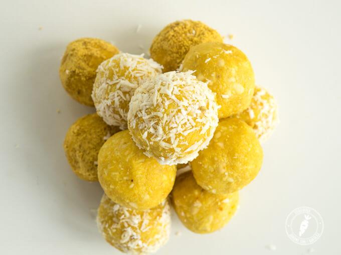 złote kulki mocy z kokosem, orzechami i pyłkiem pszczelim