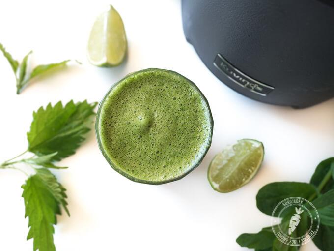 młode pokrzywy w zielonym soku z limonką i miętą