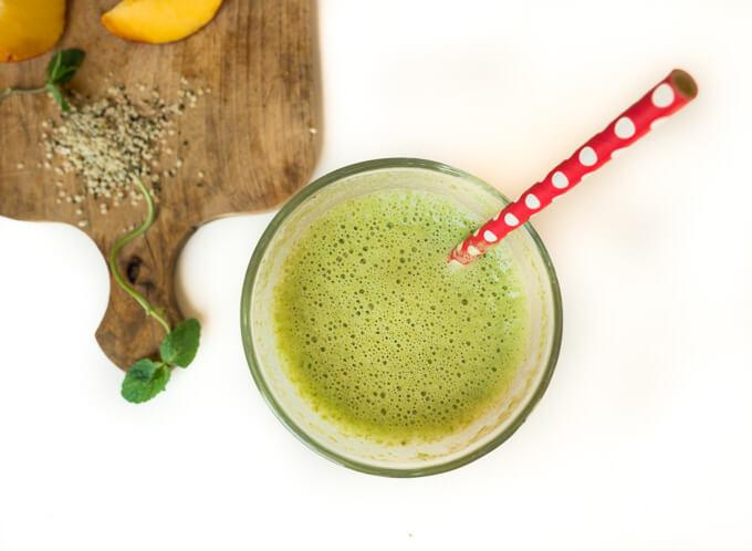 Orzeźwiający zielony koktajl o smaku gumy miętowej.