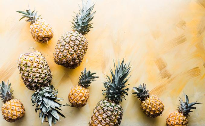 Jednym ze sposobów uzupełnienia niedoboru melatoniny jest jedzenie takich produktów jak ananasy, wiśnie, jęczmień, ryż czy imbir. To naturalne źródła melatoniny