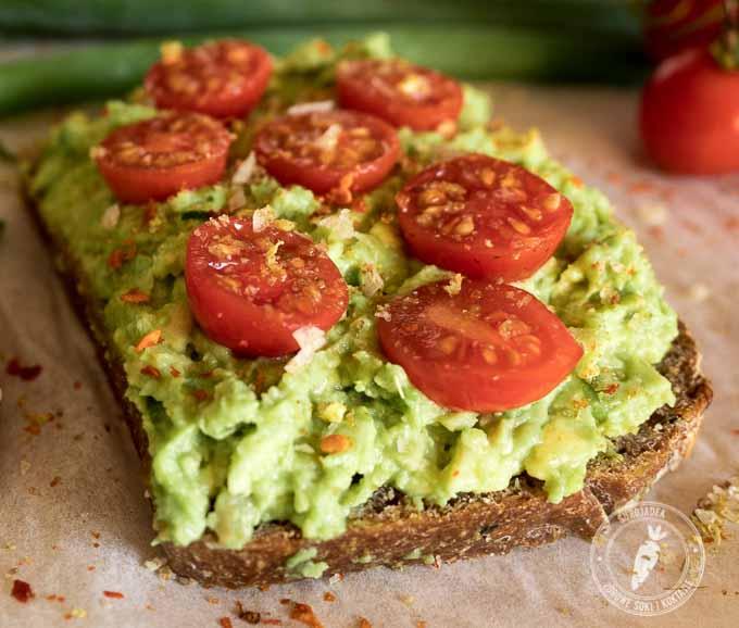 wystarczy posmarować chleb masłem z awokado, dodać pomidory i posypać solą morskąz przyprawami