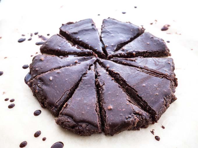 To ciasto to wilgotne ciasto z czekoladowe z gęstą polewą czekoladową domowej roboty