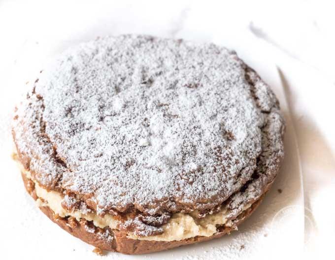 Wystarczy wymieszać składniki i całośćpiec przez 40 minut. Następnie trzeba zblendować składniki na krem orzechowy i przełożyć nim ciasto.