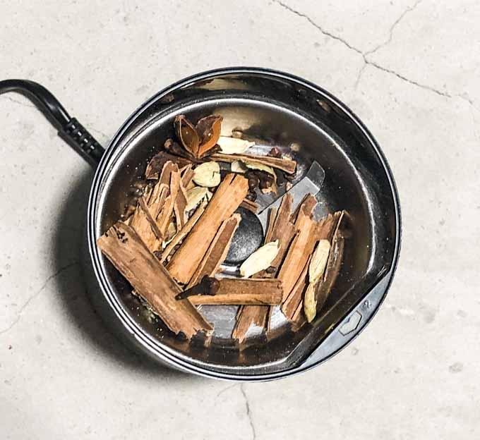 W tym celu wystarczy pieprz, goździki, kardamon (ziarna powinny być rozgniecione), cynamon połamany na kawałki (cynamon cejloński łatwo się skruszy w dłoni) i anyż pozostawić na gorącej patelni na ok. 2 minuty.