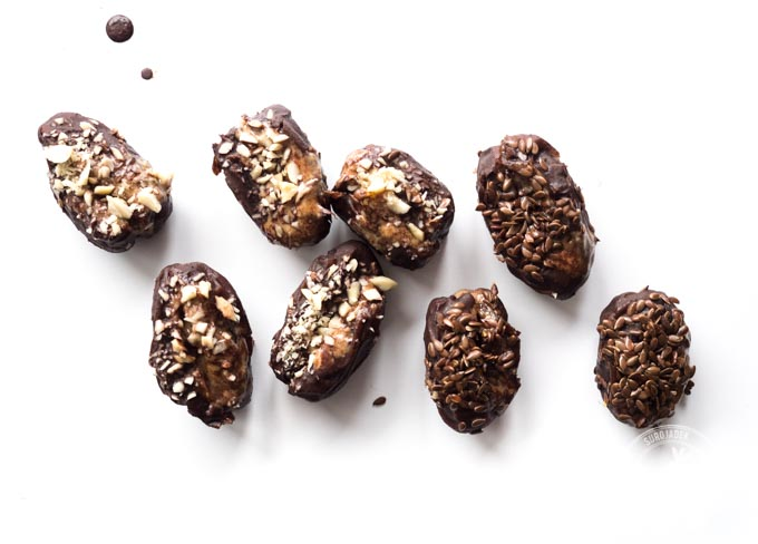A następnie zanurzyć je w polewie czekoladowej i posypać chrupiącymi ziarenkami siemienia lnianego lub drobno pokrojonymi orzechami lub migdałami.