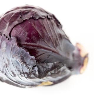 Czerwona kapusta to bogate źródło witaminy C . Już 100 g liści czerwonej kapusty to 57 mg witaminy C czyli aż 95% rekomendowanego dziennego zapotrzebowania. Taka sama ilość białej kapusty to 36.6mg i 61% d.z.