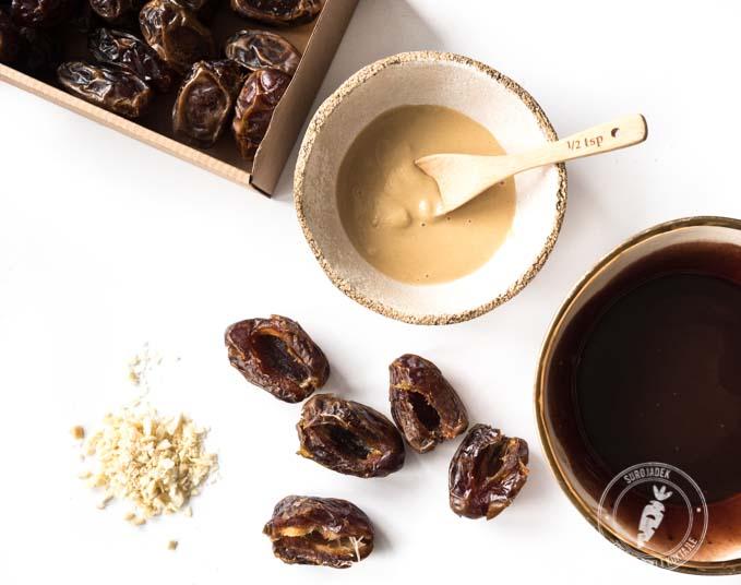 Wystarczy rozpuścić 100g oleju kokosowego, dodać do niego 4 łyżki dobrej jakości ciemnego kakao i 3-4 łyżki syropu np. klonowego lub ryżowego. Całość należy wymieszać rózgą i odstawić do ostygnięcia.