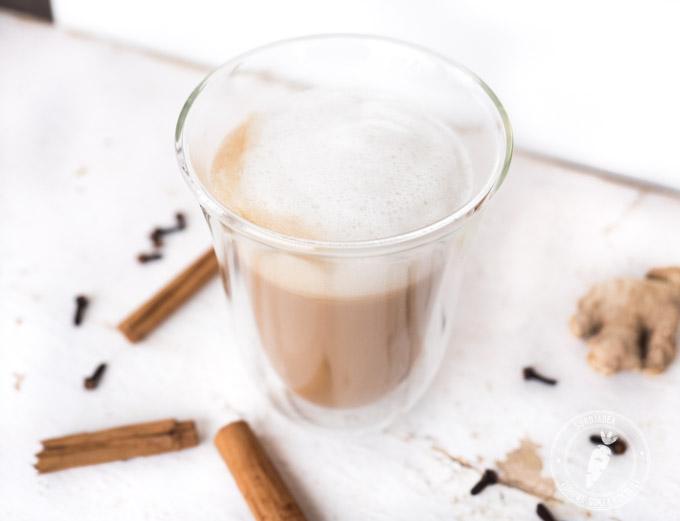chai oznacza herbatę, a chai latte to spienione mleko z herbatą i przyprawami