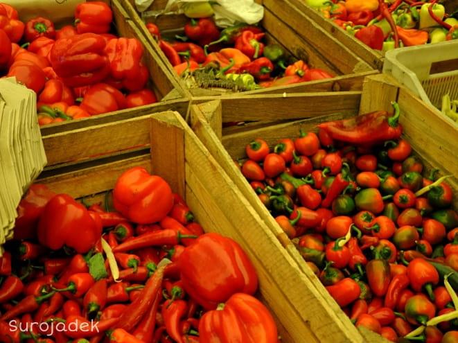 lokalni producenci sprzedają warzywa i owoce w każdą środę w Fortecy Kręglickich