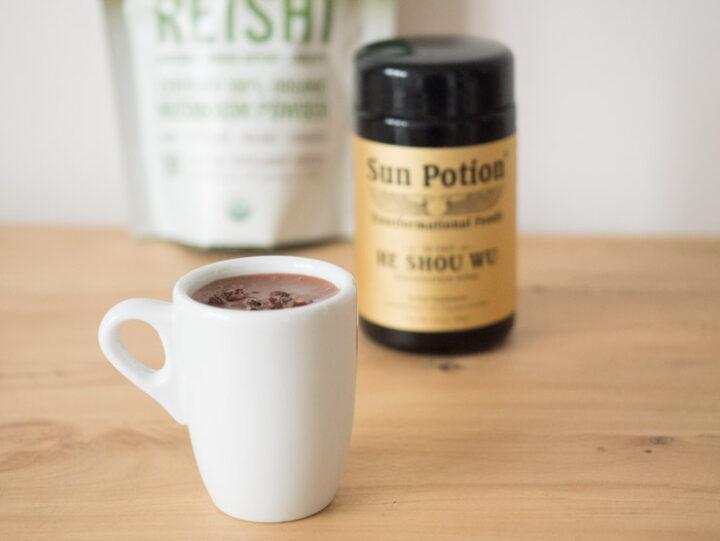 Znakomitym dodatkiem do gorącej czekolady są grzyby Reishi w proszku. Dodają smaku i mnóstwo zdrowia