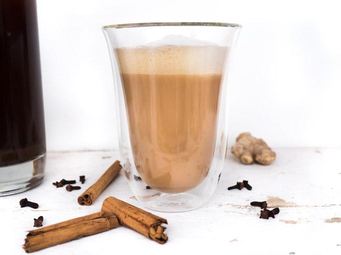 Pachnąca i słodka chai latte to połączenie czarnej herbaty, spienionego mleka, świeżego imbiru i innych przypraw, takich kardamon, cynamon, pieprz, goździki czy anyż.