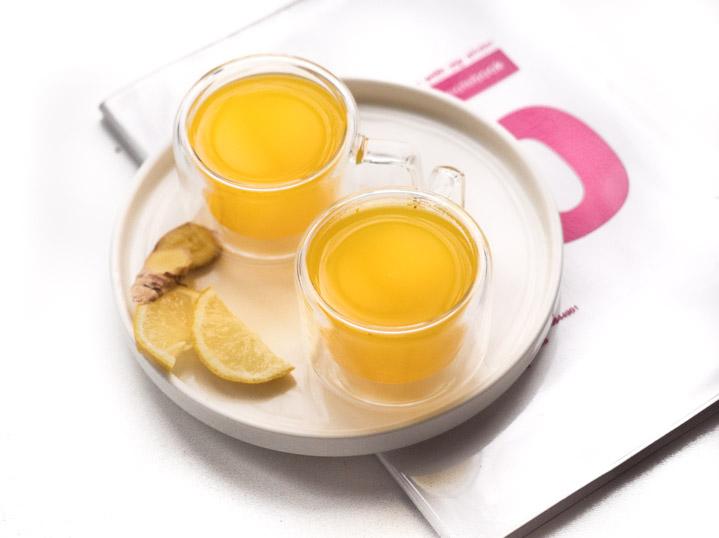 Do garnka wlej wodę, dodaj starte kłącze kurkumy i imbiru, pieprz, sok z cytryny i kawałek skórki cytryny. Doprowadź do wrzenia i pozostaw na wolnym ogniu przez 4-5 minut. Gotowe. Przelej herbatę przez sitko i dosłódź do smaku. Herbata z imbirem gotowa.