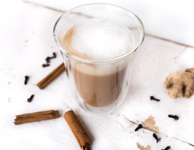 rozgrzewająca indyjska herbata z mlekiem