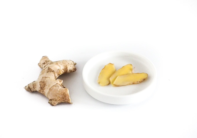 Imbir można jeść na wiele sposobów. Jednym z nich jest ssanie świeżego plastra imbiru. Idealne na przeziębienie i na ból gardła