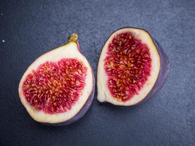 świeże figi warto jeść ze skórką, to dodatkowa porcja zdrowego błonnika