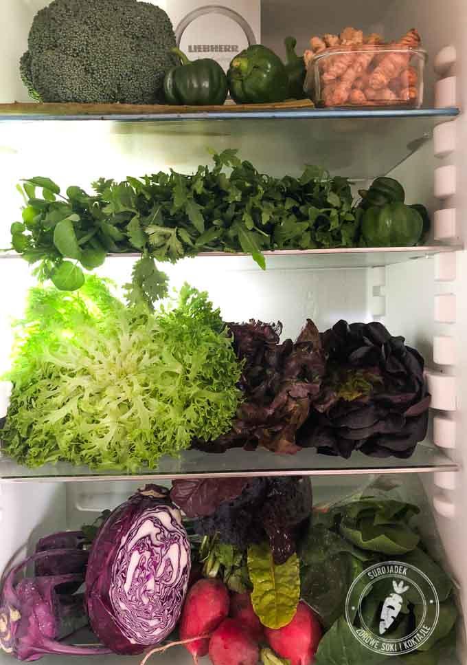 Jak w każdej lodówce miłośnika soków warzywnych w mojej lodówce znajdziesz głównie zielone liście, warzywa, przyprawy, zioła i owoce