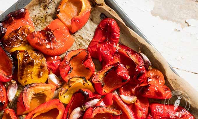 Pokrój paprykę na kawałki, skrop oliwą i piecz w nagrzanym piekarniku przez pół godziny,