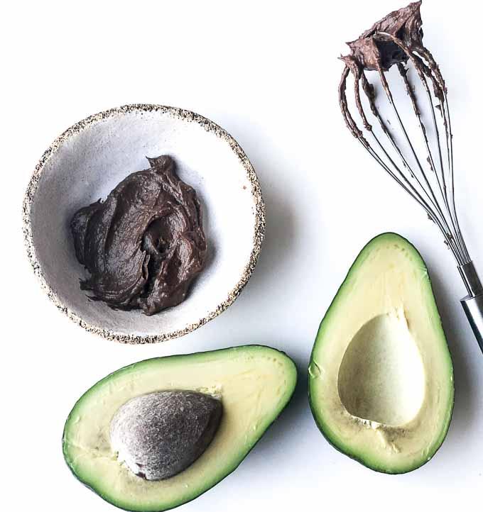 wystarczy dojrzałe awokado, syrop z daktyli i kakao by powstał pyszny krem czekoladowy