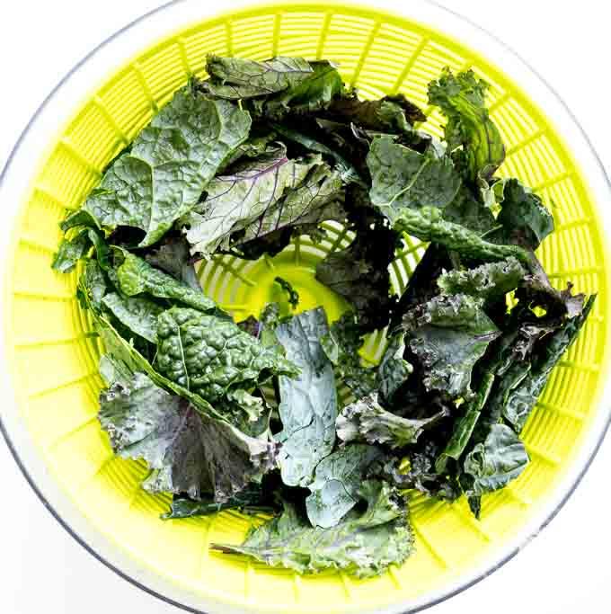 dzięki dobrze wysuszonym liściom jarmużu oliwa i przyprawy dobrze przywierają do każdego kawałka jarmużu.