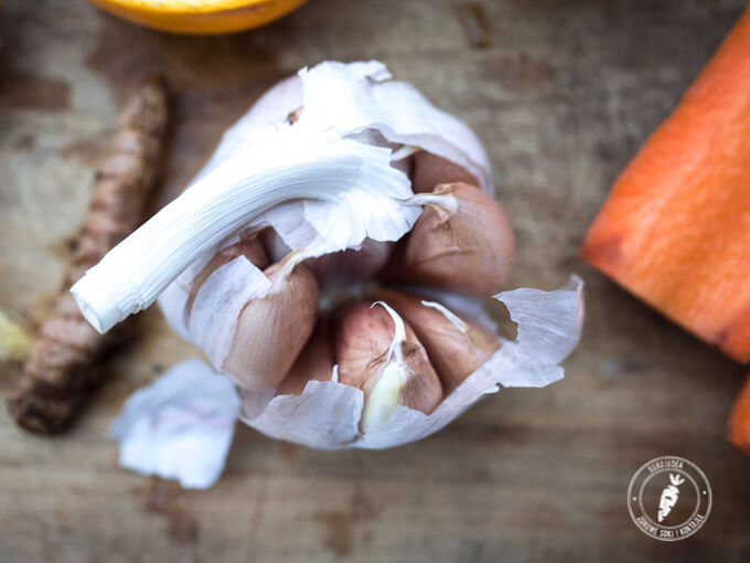 czosnek posiada silne działanie bakteriobójcze, więc warto go spożywać szczególnie w okresie jesienno-zimowym