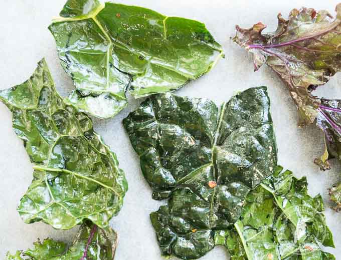 Najłatwiej przełożyć liście do miski razem z przyprawami i oliwą i rękami je dokładnie wymasować
