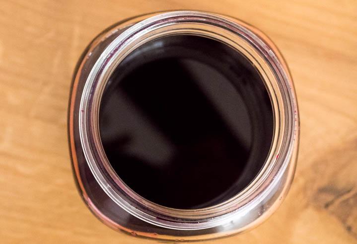 Gdy zakwas nabierze intensywnej barwy i smaku można odlać zakwas i przelać go do butelki.