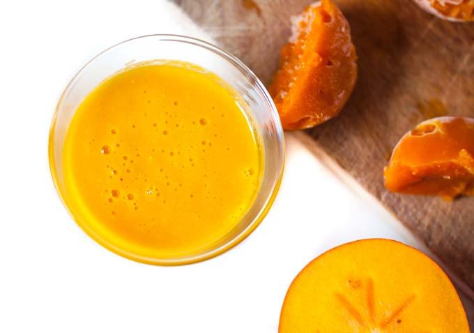 składniki: 2 kubki mleka migdałowego (lub innego mleka roślinnego), 1 dojrzały banan (wcześniej obrany i zamrożony), 2 owoce kaki, laska wanilii (opcjonalnie), 2-3 daktyle lub miód, 1 łyżeczka startego świeżego kłącza kurkumy lub 1 łyżeczka kurkumy w proszku, 1/2 łyżeczki imbiru (w proszku lub świeżo startego), odrobina pieprzu