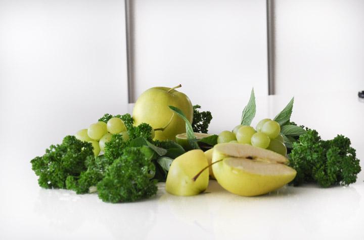 Składniki niezbędne do przygotowania koktajlu z winogron: kiść zielonych winogron bezpestkowych (200g) 3-4 liście jarmużu/ szpinaku/sałaty garść natki pietruszki garść liści mięty (opcjonalnie) 2 małe jabłka , bez gniazd nasiennych 1 banan lub mango 1/2 limonki (sok)