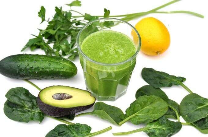 Zielony koktajl ze szpinakiem – bez owoców i zbędnych kalorii