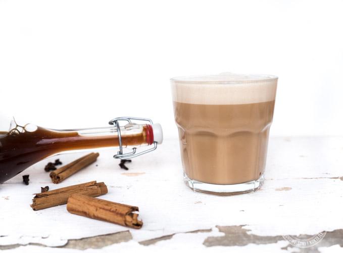 chai Latte serowowane w kawiarniach są często mocno przesłodzone, doprawione gotowymi syropami smakowymi.