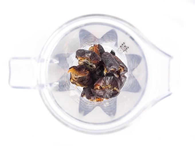 Klasyczny słony karmel przygotowywany jest na bazie cukru palonego na maśle z odrobiną soli. Jeśli szukasz zdrowszej alternatywy wykorzystaj daktyle