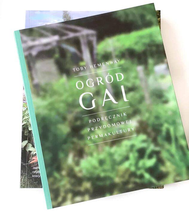 Ogród Gai to jeden z najczęściej polecanych podręczników parmakultury. Zawiera kompleksowe informacje o tym jak zaprojektować ogród permakulturowy, jak stworzyć leśny ogród, jak magazynować zapasy wody i wiele wiele więcej.