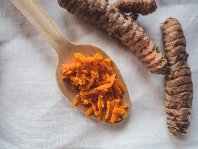 świeże kłącze kurkumy jest bardziej aromatyczne niż kurkuma w proszku