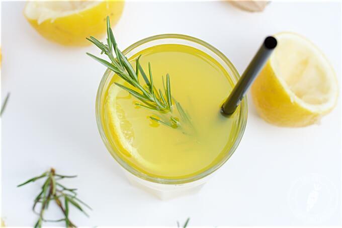 orzeźwiająca lemoniada z rozmarynem i kurkumą