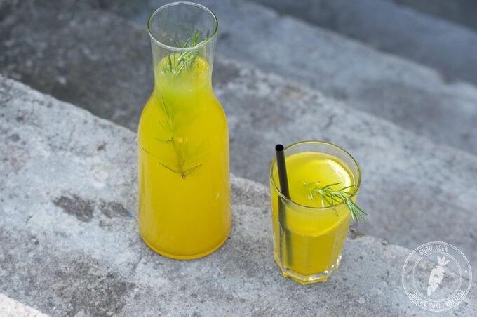 2 cytryny lub limonki (sok), 4-5 cm świeżego imbiru, 4-5 cm świeżej kurkumy lub 1 łyżeczka sproszkowanej kurkumy, 4 małe gałązki świeżego rozmarynu (ewentualnie 2-3 gałązki dla ozdoby), miód dla dodania słodyczy, 4-5 szklanek wody filtrowanej