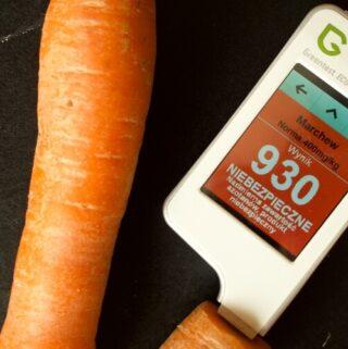 Przy pomocy urządzenia Greentest testuję poziom pestycydów w warzywach i owocach z supermarketu, od rolników oraz warzyw i owoców ekologicznych