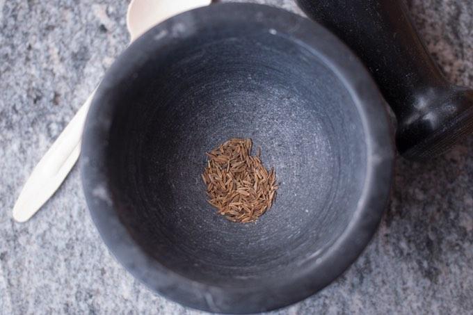kumin można łatwo zmielić w młynku lub za pomocą moździerzy