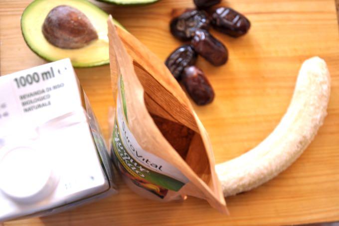 składniki na zdrowy deser czekoladowy z awokado