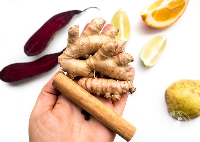 Przyprawy takie jak cynamon, imbir i kurkuma są nie tylko bogatym źródłem przeciwutleniaczy, ale też wzbogacają smak koktajlu i przyjemnie rozgrzewają organizm od wewnątrz.