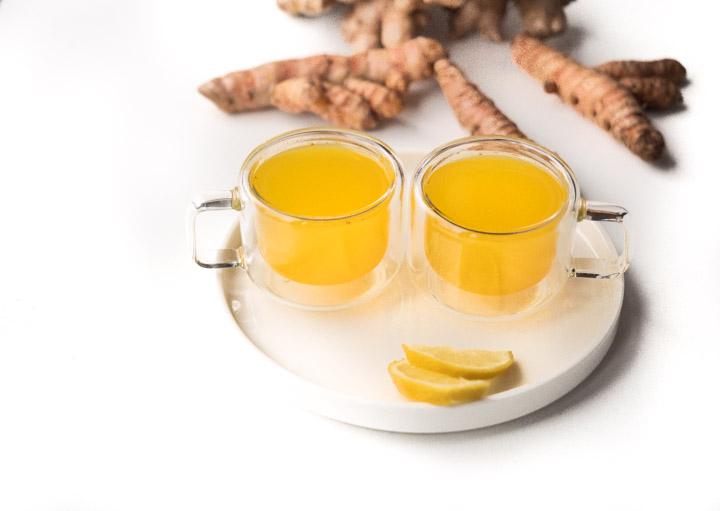 Do przygotowania herbaty imbirowej wystarczy kawałek kłącza imbiru i kurkumy, sok z jednej cytryny, szczypta pieprzu i miód lub syrop klonowy