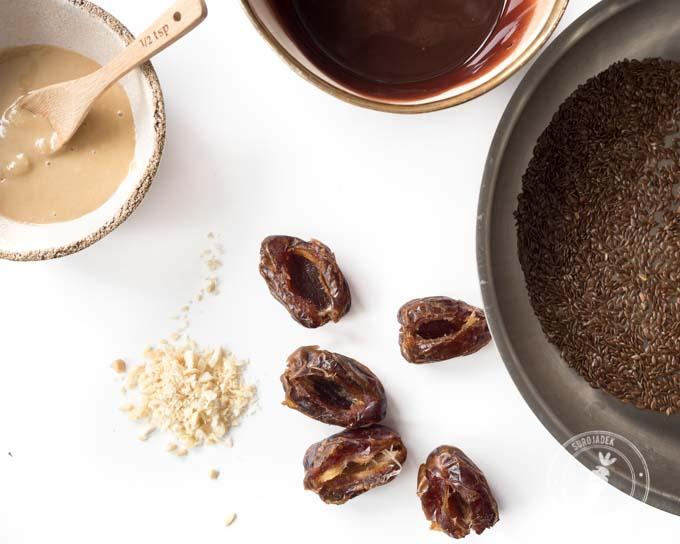 daktyle nadziewane masłem sezamowym, oblane czekoladą i posypane siemieniem lnianym