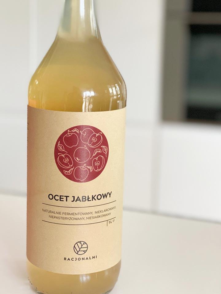 Kupując ocet jabłkowy warto postawić na małe lokalne polskie firmy, które produkują dobrej jakości octy na bazie całych jabłek, z wykorzystaniem naturalnych procesów fermentacji.
