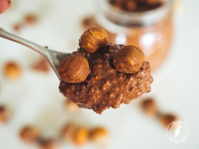 krem nutella z pełnoziarnistym ryżem, orzechami, daktylami i kakao