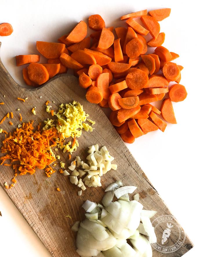 Zanim warzywa zaczną się gotować trzeba je pokroić i podsmażyć na małym ogniu. To pozwoli na wydobycie większej ilości smaku
