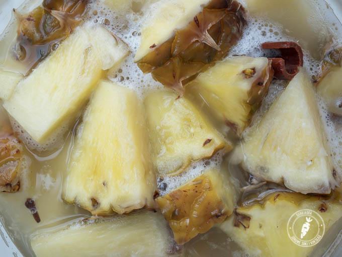 fermentowany napój ze słodkich owoców ananasa czyli meksykańskie Tepache
