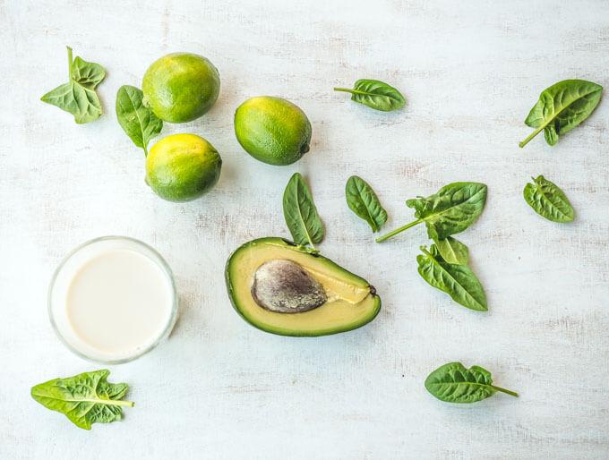 zielony koktajl pełen zdrowych tłuszczów