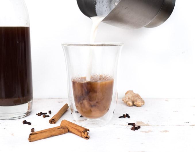 Wystarczy połączyć syrop ze spienionym mlekiem